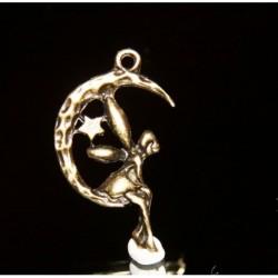 x10 breloques fée posée  sur  un quartier de  lune bronze  25x11mm